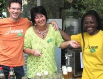 Vorstandsmitglied Wibren Visser, Aktivistin Jasmina Music sowie Sprecher-Stellvertreterin und AK-Rätin Jiliane Hartig beim Zapfen des Neufeldner Bio-Biers