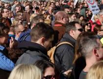 Volles Haus vor dem Landhaus in Linz: Über 2000 Menschen solidarisierten sich mit den betroffenen MitarbeiterInnen und KlientInnen