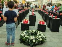 Montag 31. August in Wels: Temporäres Mahnmal zum Andenken an 71 tote Flüchtlinge. Initiiert von Laurien Janina Scheinecker und zahlreichen Vereinen und Initiativen